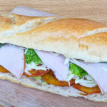 Sandwich de pavo con tomates y albahaca